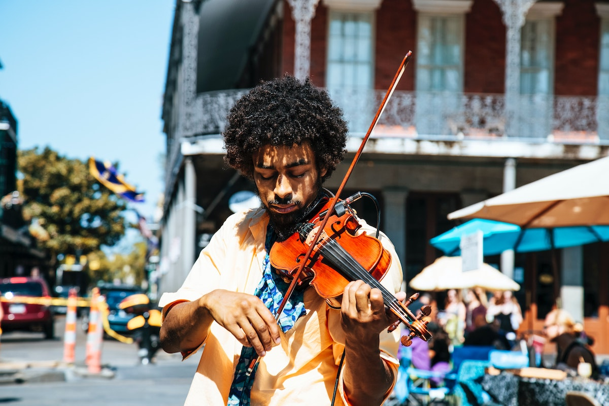 Musician busking © William Recinos, unsplash